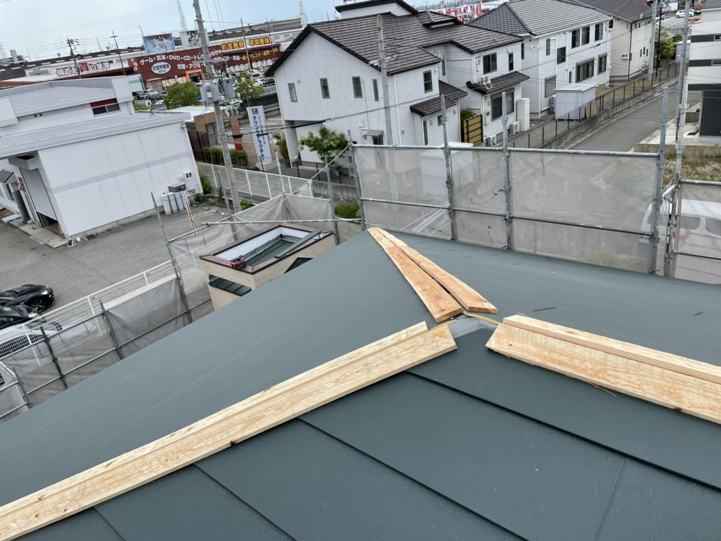 台風対策で棟板金の下地となる棟木を取り付けた様子