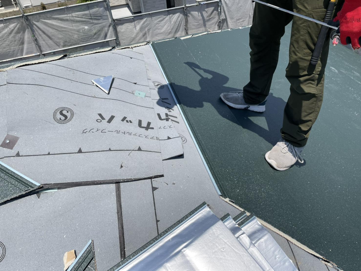 屋根カバー工事でIG工業スーパーガルテクトを貼った様子