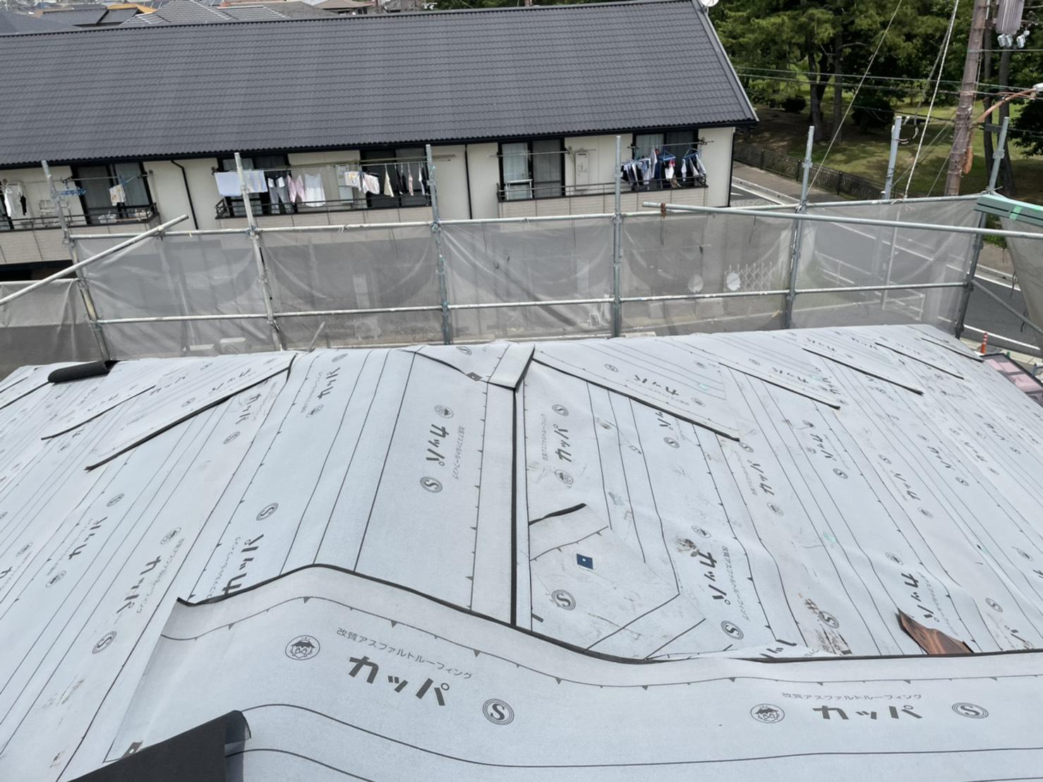 加古川市の屋根カバー工事で屋根全てに防水シートを貼った様子