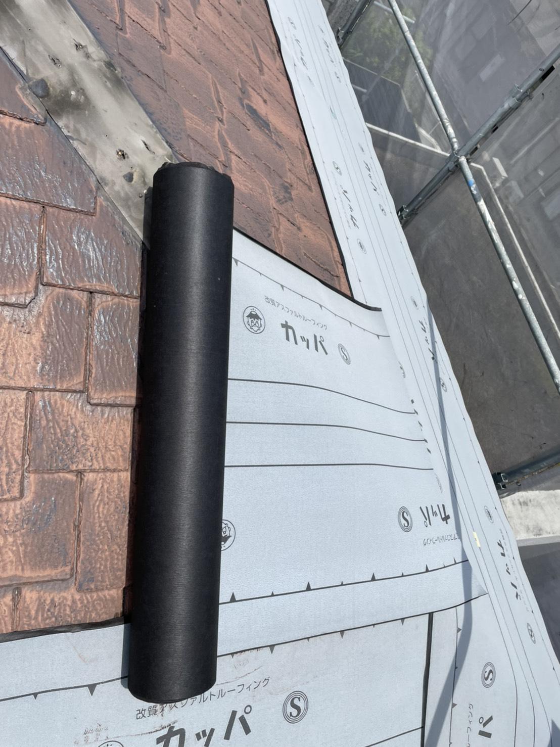 加古川市の屋根カバー工事でスレート屋根の上から防水シートを貼っている様子