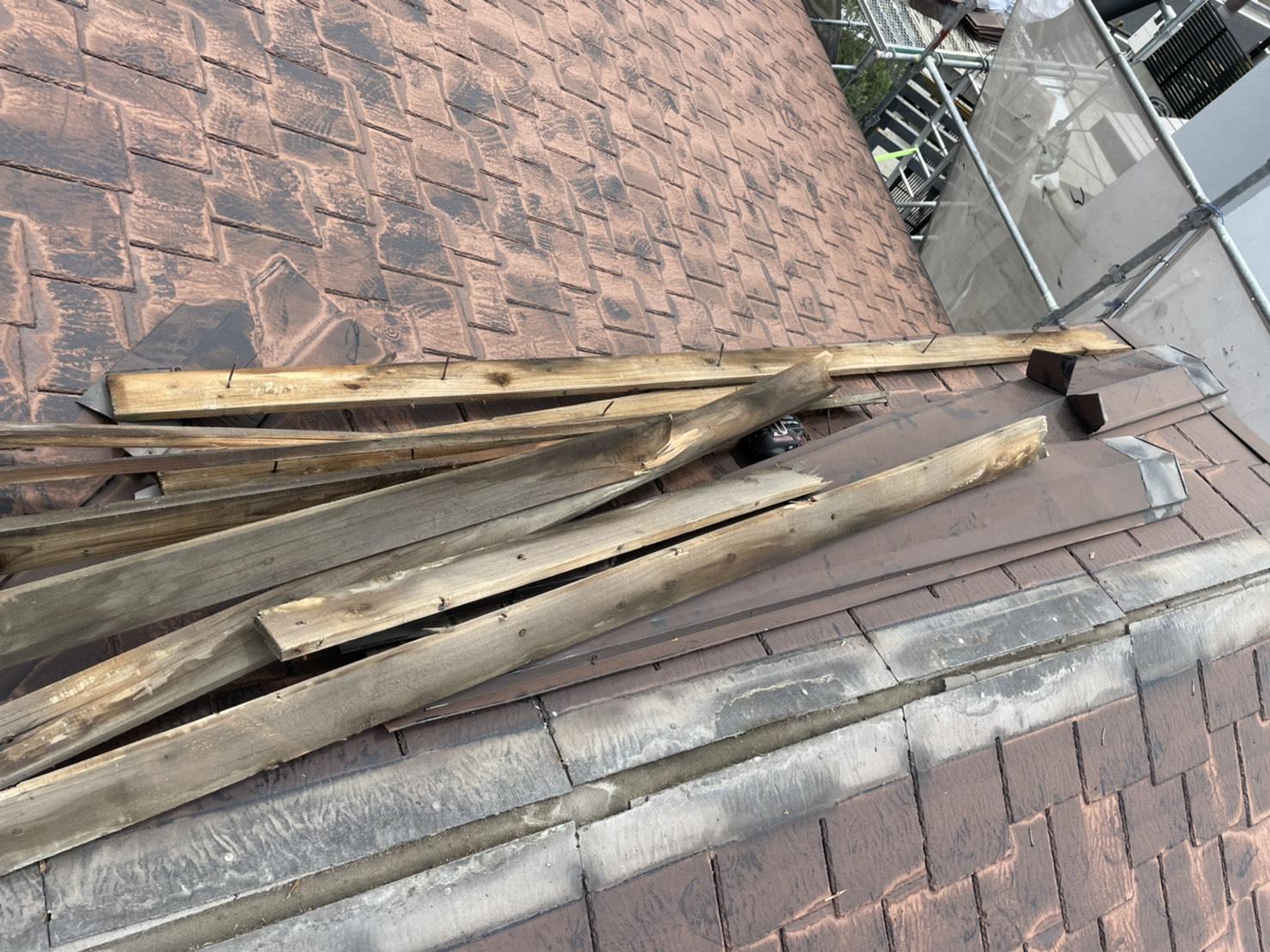 屋根カバー工事前に棟板金を撤去している様子