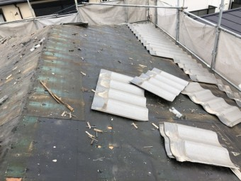 撤去途中の積水U瓦の様子