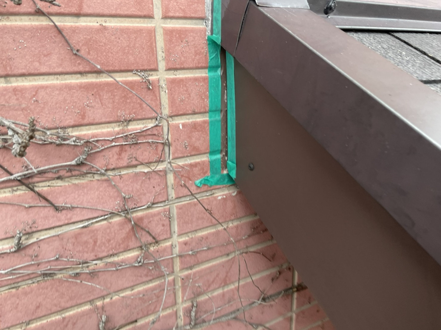 破風板補修工事で壁際にコーキングするため貼り付けたマスキングテープ