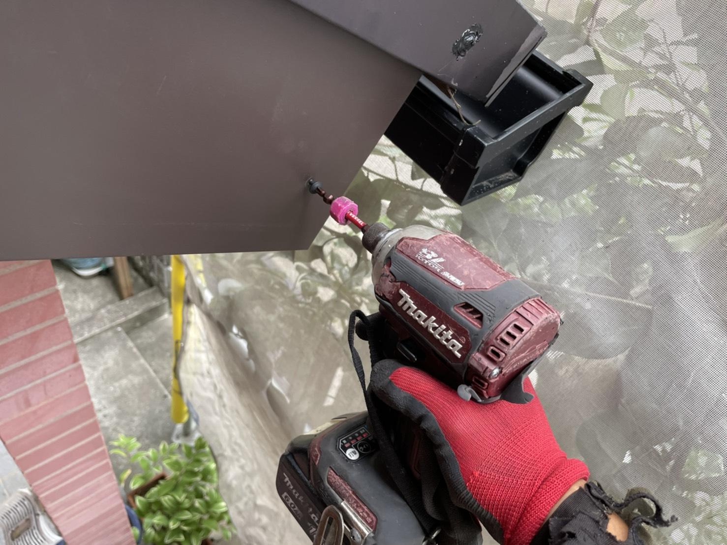 神戸市で腐食した破風板に板金を貼っている様子