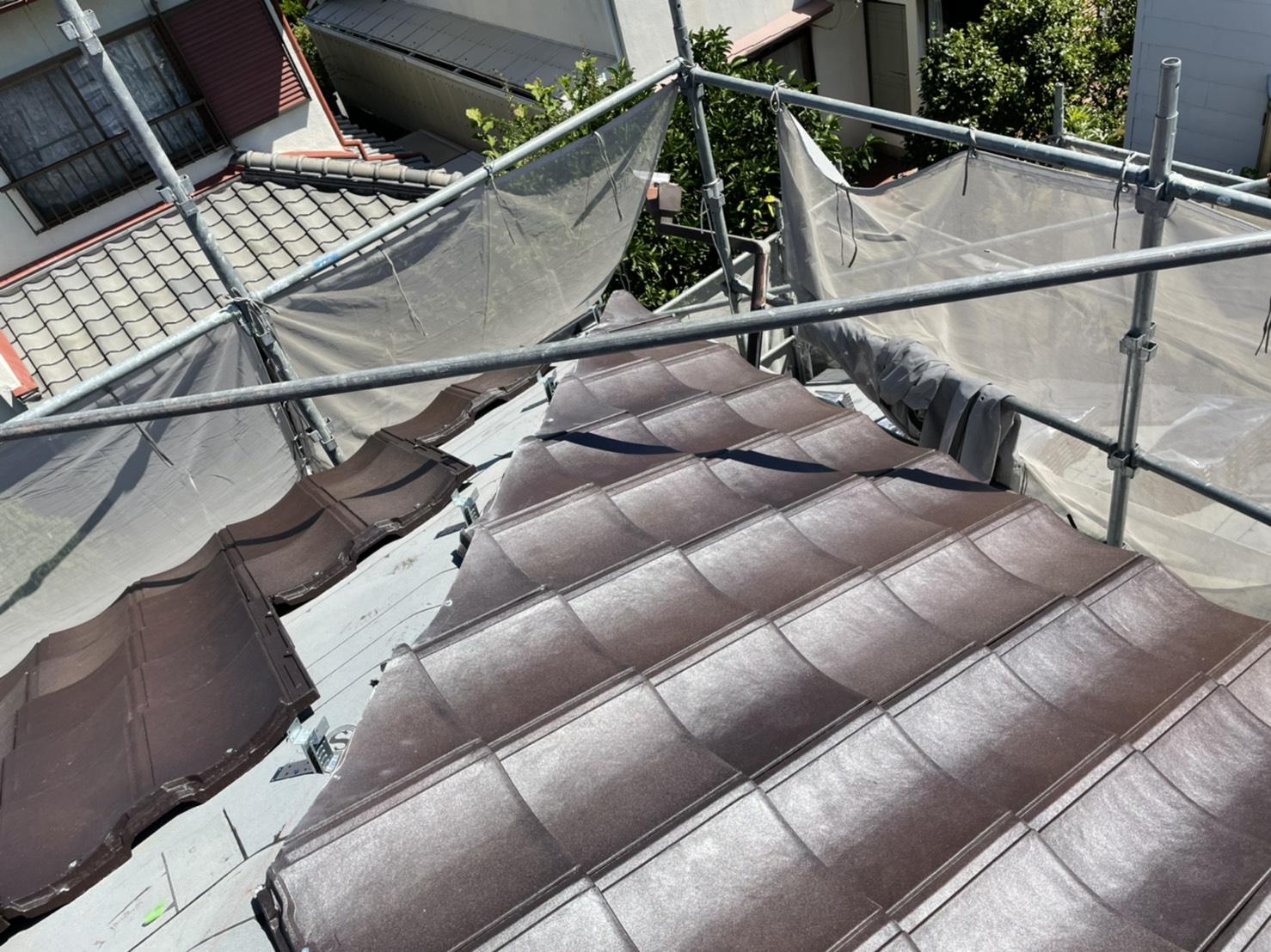 屋根葺き直し工事でルーガ雅を葺いている様子