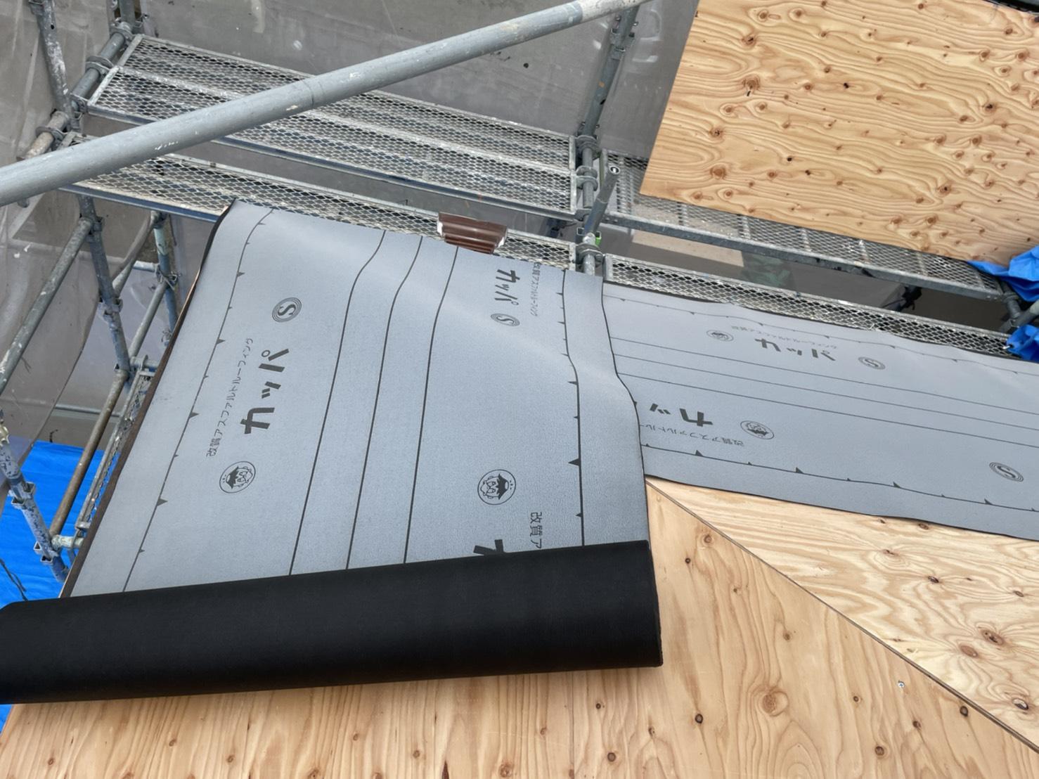 神戸市での屋根葺き直し工事で防水シートを貼っている様子