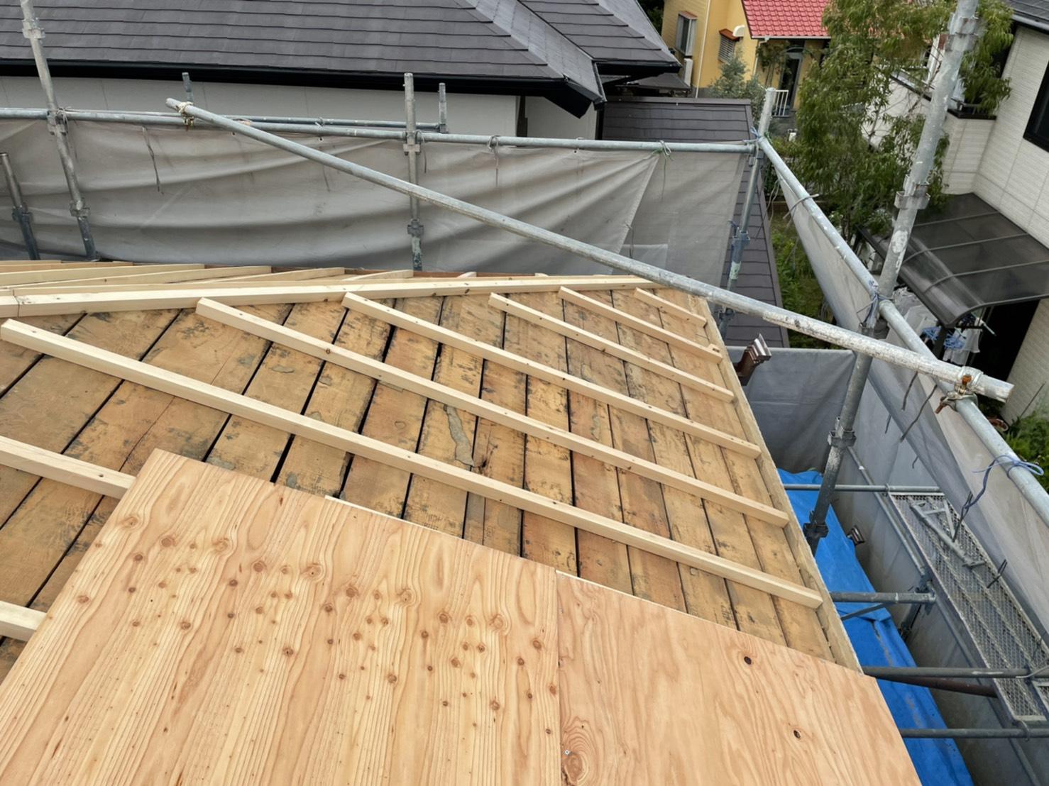 神戸市での屋根葺き直し工事で下地用合板を貼っている様子