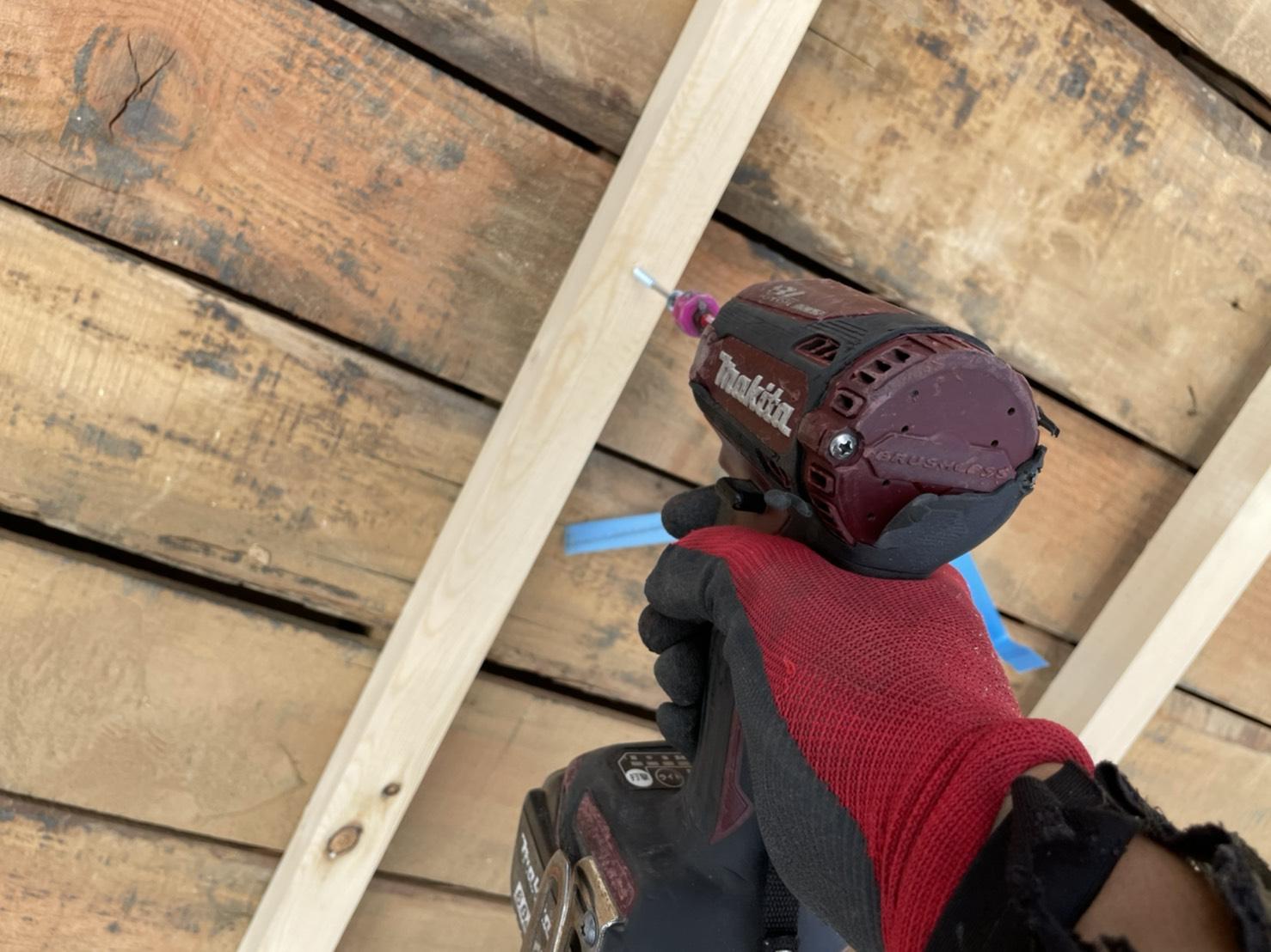 神戸市での雨漏りしている屋根葺き直し工事で垂木をビス固定している様子