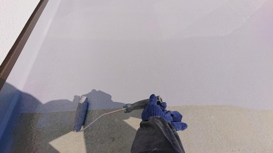 三木市での防水リフォーム工事でトップコートを土間に塗っている様子