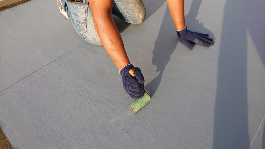 神戸市垂水区で行った屋上修理で通気シートを密着させている様子