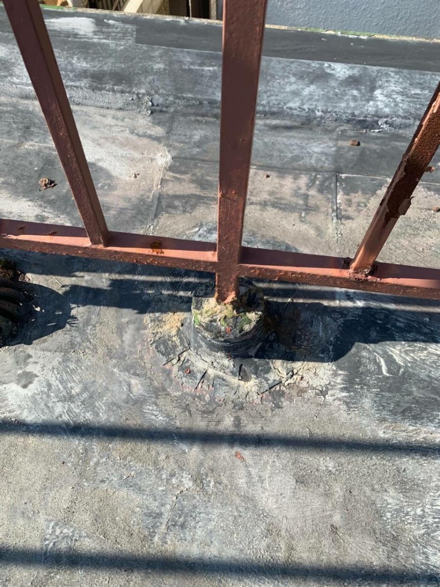 神戸市垂水区で行った屋上修理前の手すりの根元