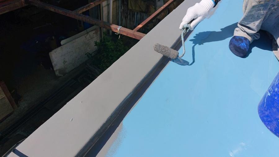 神戸市垂水区で行った屋上修理でトップコートを塗っている様子