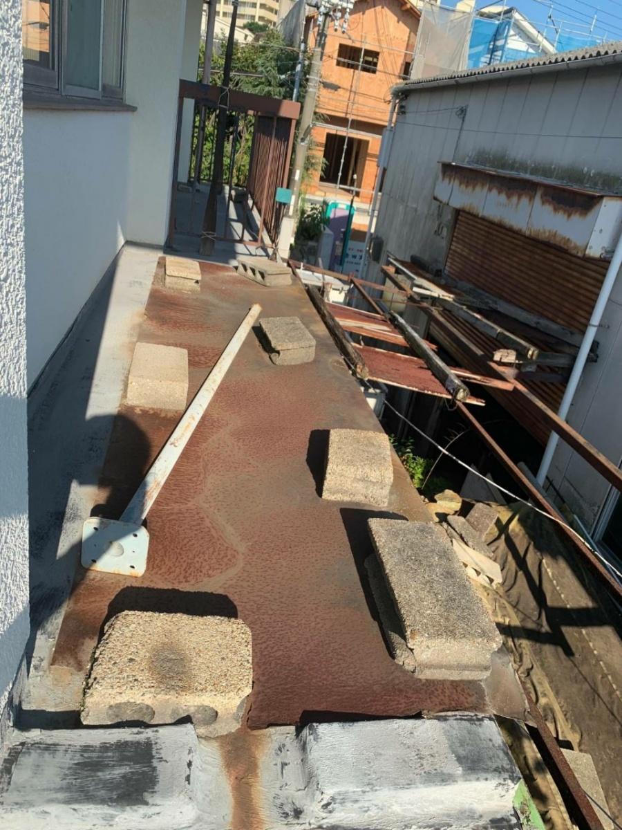 神戸市垂水区の屋上修理前に雨漏りをしのぐために敷かれていた鉄板