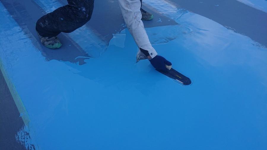 神戸市中央区で屋上防水工事でウレタン防水を中塗りしている様子