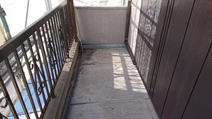 淡路市で雨漏り修理前のベランダ床の様子