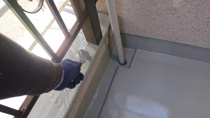 淡路市で雨漏り修理でトップコートを塗っている様子