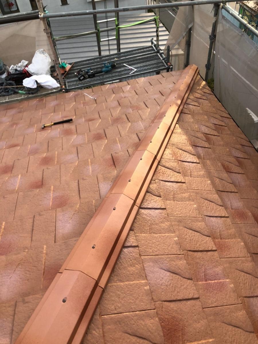 淡路市、屋根葺き替え工事で棟瓦を取り付けている様子