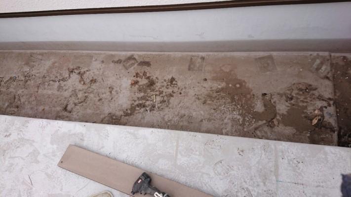 三木市での防水リフォーム工事でプライマーを塗っている様子
