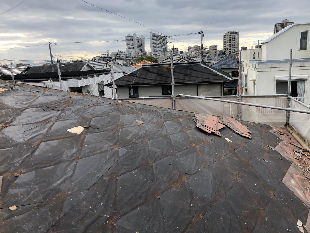 加古川市でアスベストいるのスレート屋根を撤去している様子
