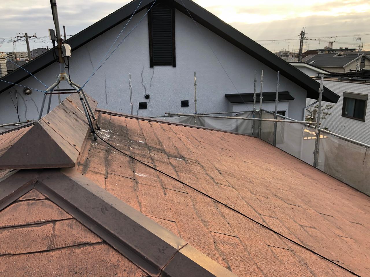 加古川市でアスベスト入りの屋根材を撤去する前の様子