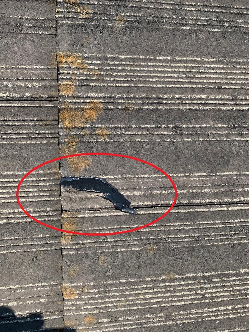 瓦屋根修理で細かいひび割れにコーキングを打った様子