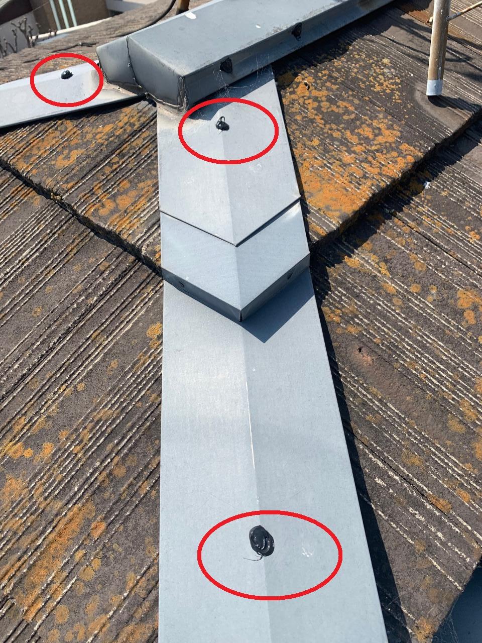 明石市での瓦屋根修理で棟固定釘にコーキングした様子