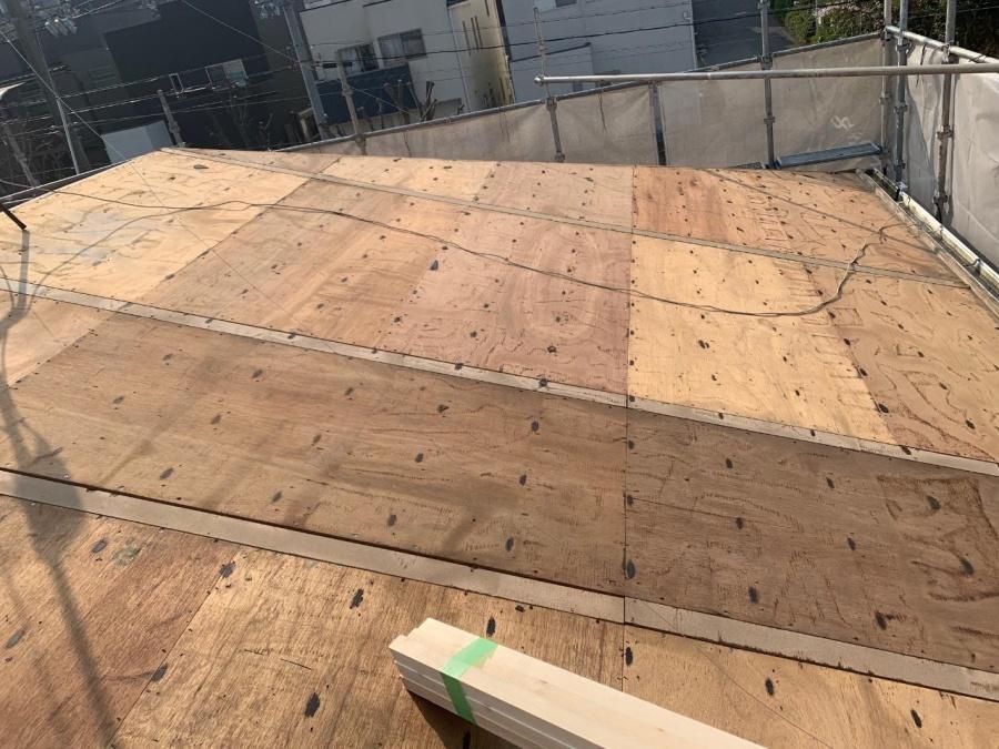 淡路市屋根葺き替え工事の既存の野地板の様子