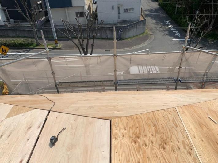 淡路市、屋根葺き替え工事で下地用合板を貼っている様子