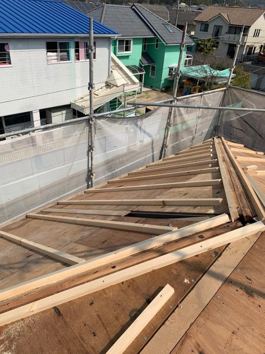 淡路市、屋根葺き替え工事で垂木を取り付けている様子