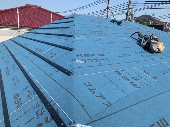 淡路市、屋根葺き替え工事で瓦桟を取り付けている様子