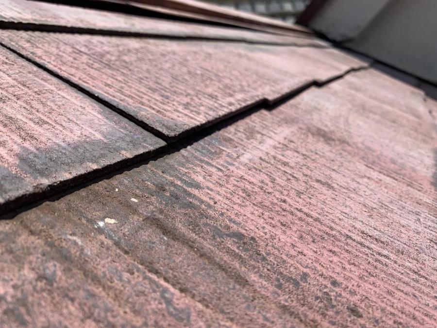 スレート屋根が浮き上がっている様子