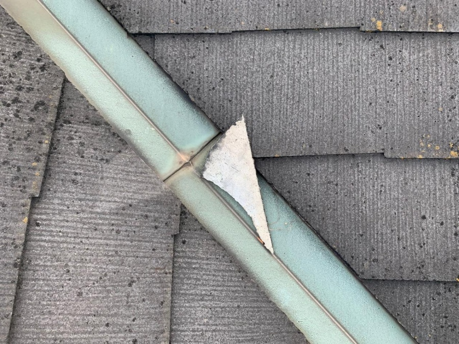 スレート屋根がズレ落ちている様子