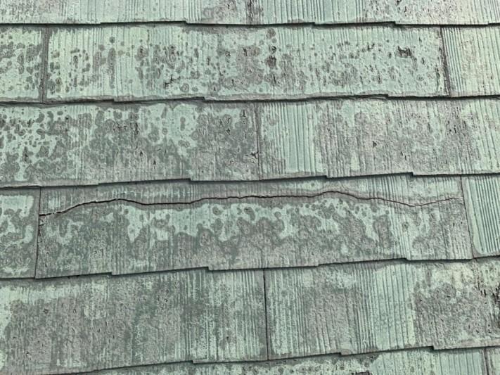 塗膜の剥がれたスレート屋根の様子