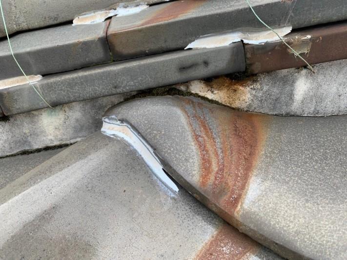 アンテナから錆がまわった瓦屋根