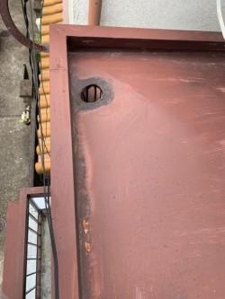 ベランダ上のトタン屋根の様子