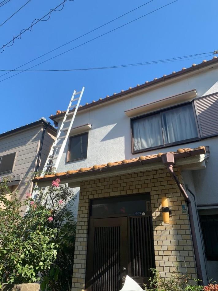 梯子を屋根にかけている様子