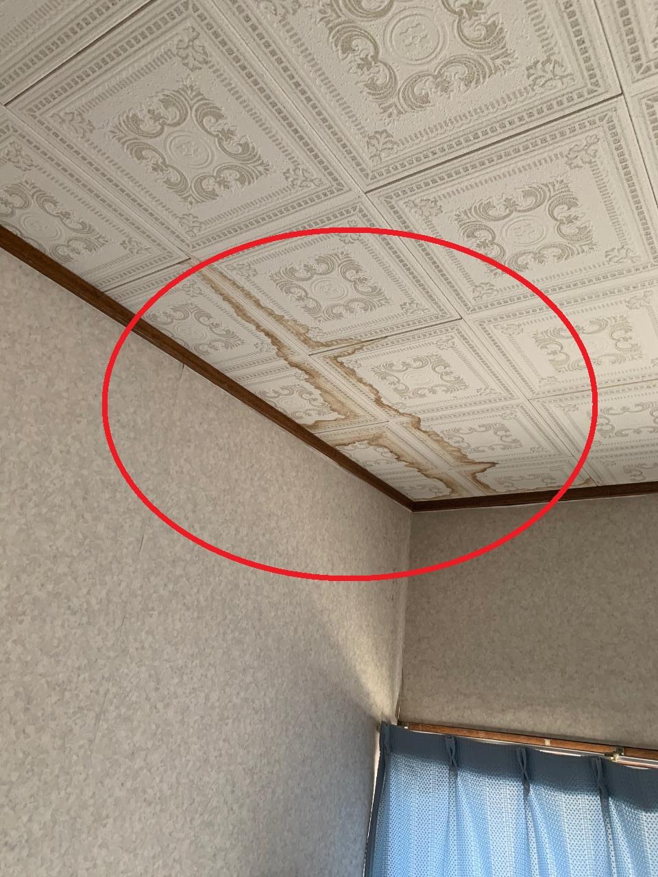 加古川市で間違った補修が原因で雨漏りしている室内の様子