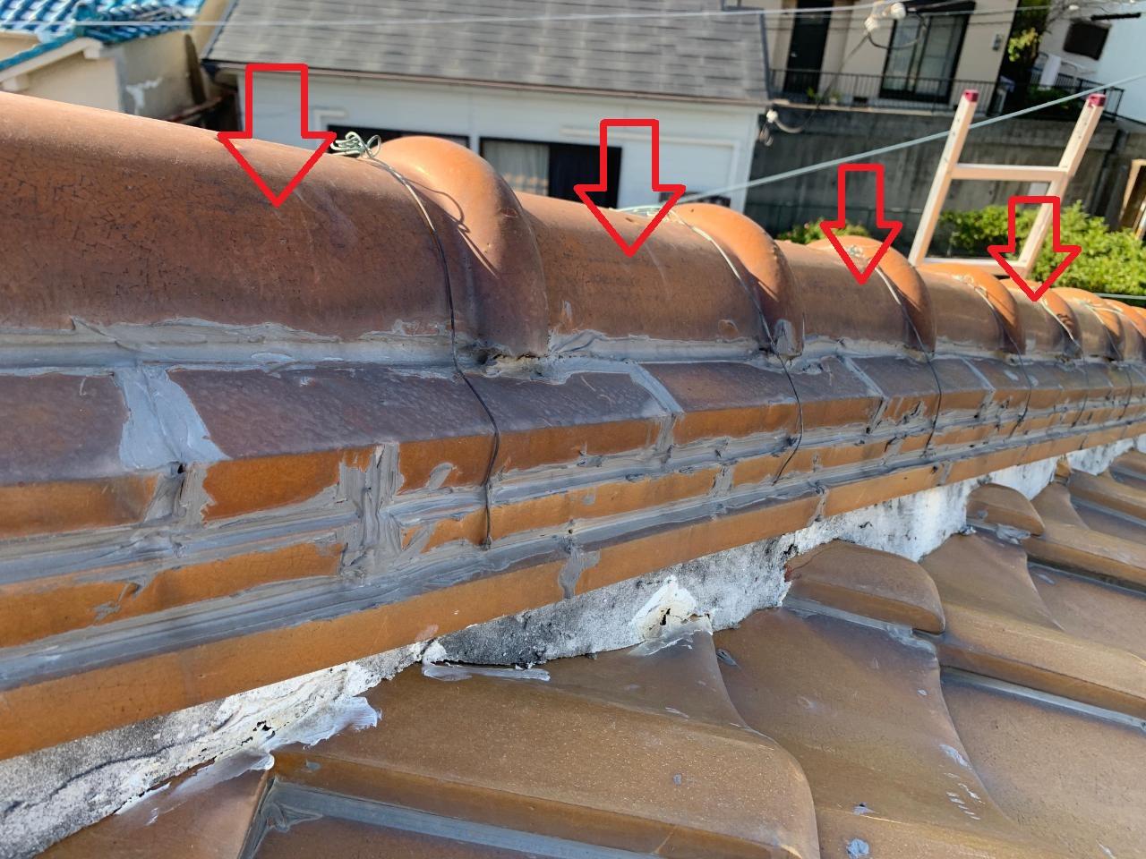 加古川市で間違った補修をしている瓦屋根の様子