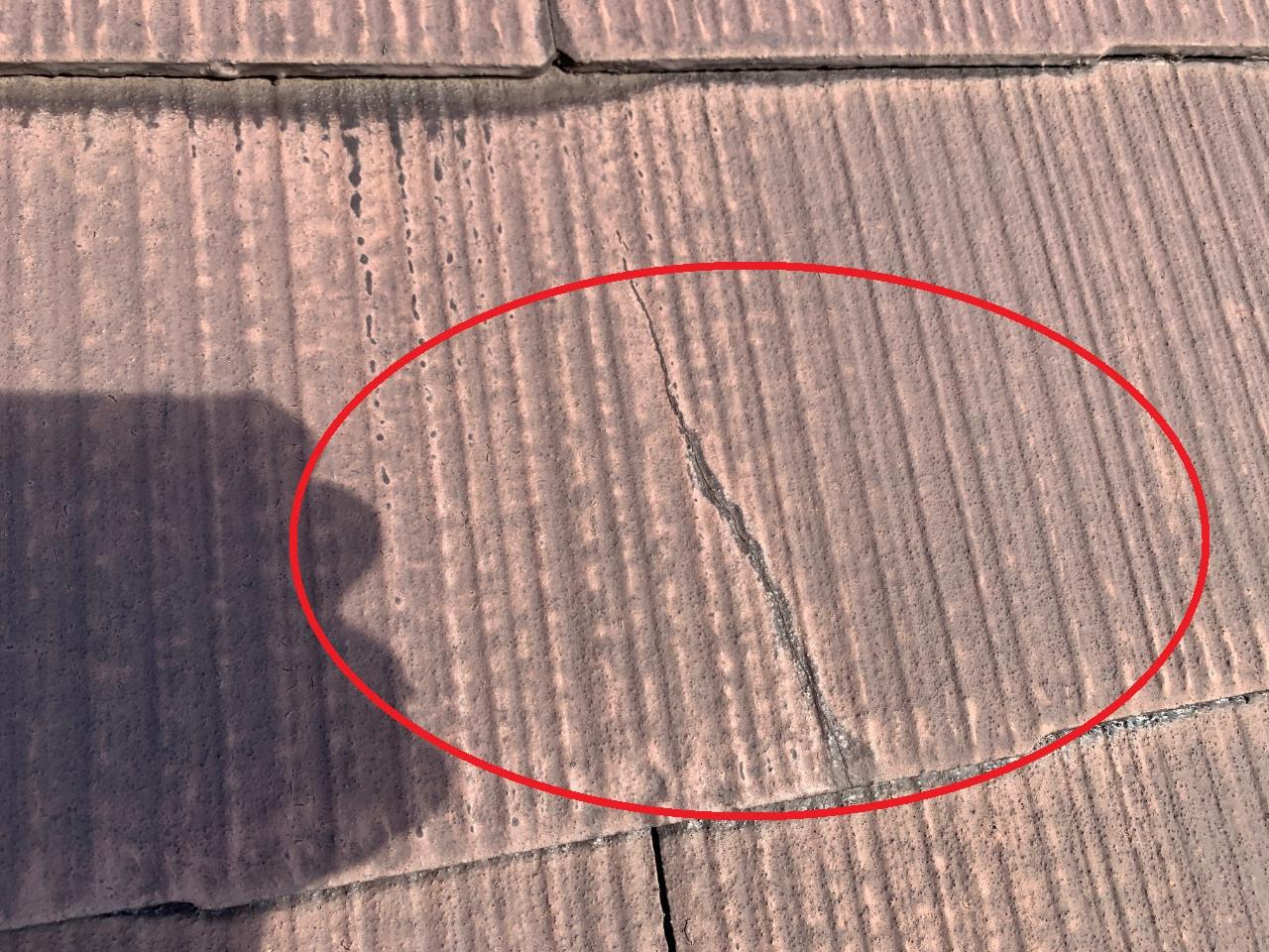 屋根補修が必要とされるひび割れたスレート屋根