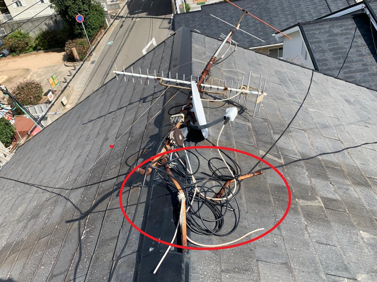 神戸市で台風の影響により屋根上のアンテナの足が折れて倒れている様子