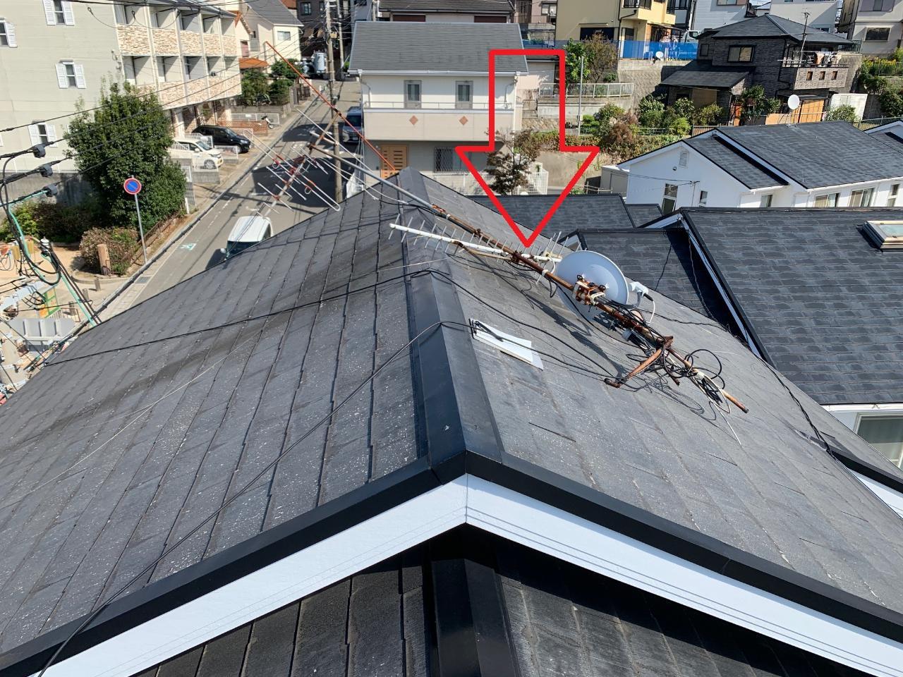 台風により屋根上のアンテナが倒壊している様子