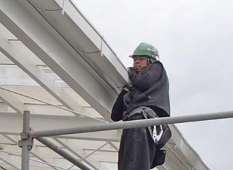 雨樋に傾斜をつけている作業員